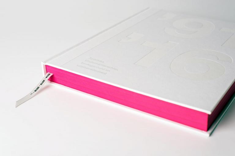 Synthon jubileumboek met magenta boekblok